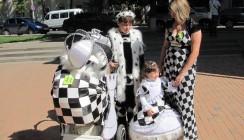 В параде колясок победу одержали «шахматисты»