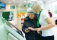 Более 1200 пенсионеров ежедневно с начала года получали социальные карты в офисах Сбербанка